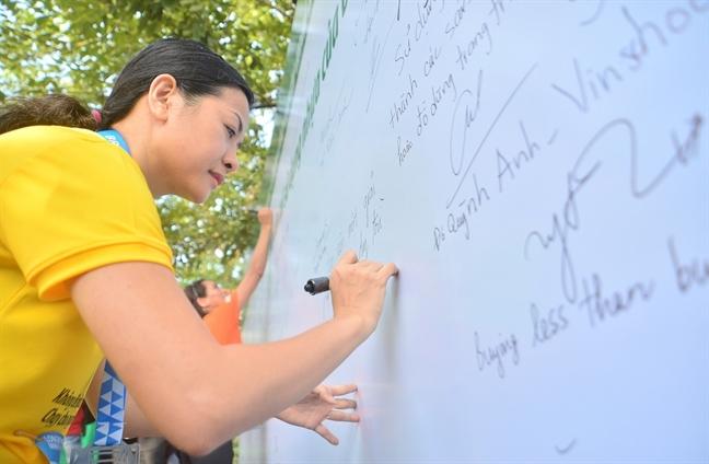 Doanh nhan Tran Uyen Phuong cung cau thu Bui Tien Dung va 6.000 van dong vien keu goi 'khong de nhua thanh rac'