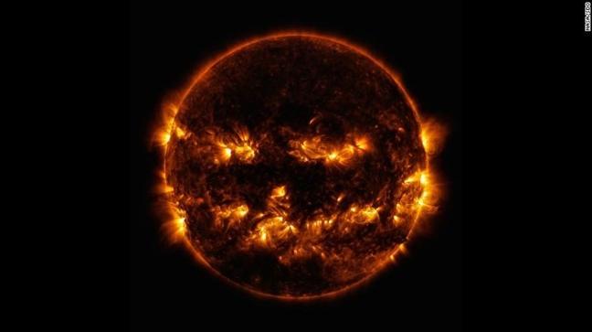 NASA cong bo anh chup mat troi trong nhu mot chiec den Halloween khong lo