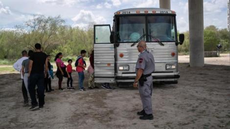 Mỹ thừa nhận 'quá tải' trong việc đối phó với dòng người di cư
