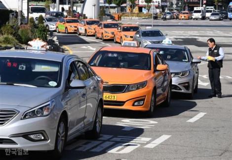 Tài xế taxi Hàn Quốc trả lại hành khách 'tiền khủng' bỏ quên trên xe