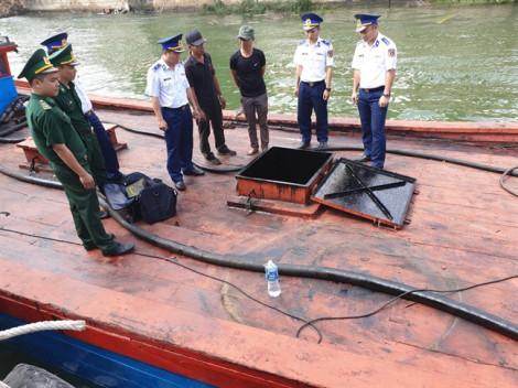 Bắt một tàu gỗ chở dầu bẩn bằng đường biển