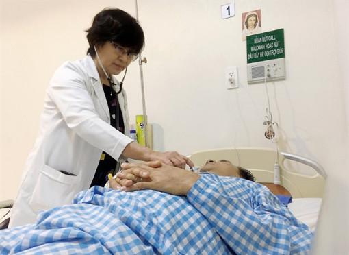 Cắt lể nặn máu độc ra ngoài, bệnh nhân nhiễm trùng máu nguy kịch
