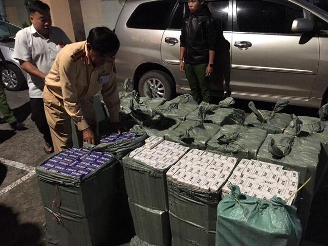 CSGT Binh Duong truy duoi o to 7 cho cho 11.000 bao thuoc la lau
