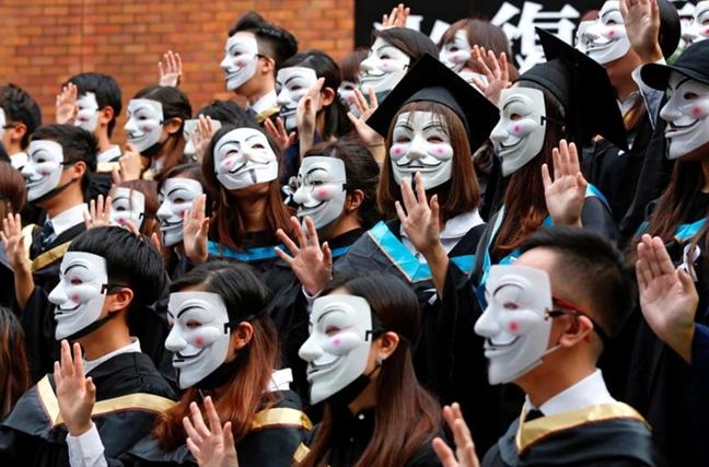 Sinh vien Hong Kong deo mat na nhan bang tot nghiep