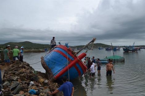 Phú Yên: 32 tàu, thuyền của ngư dân bị sóng biển đánh chìm sau bão số 5