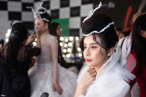 Linh Rin, Cao Thái Hà được chăm chút trước khi lên sàn diễn