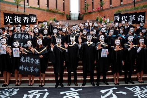 Sinh viên Hồng Kông đeo mặt nạ nhận bằng tốt nghiệp