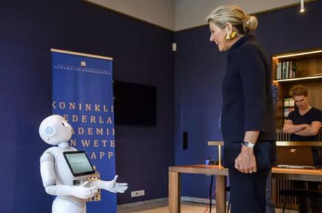 Hoàng hậu Hà Lan thảo luận về Brexit với... robot