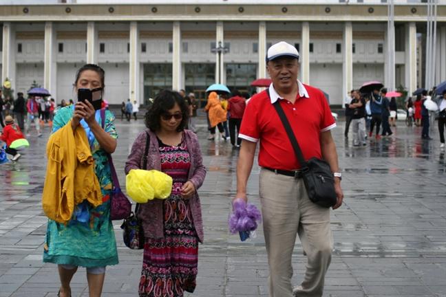Mong Co bat 800 nguoi Trung Quoc nghi rua tien