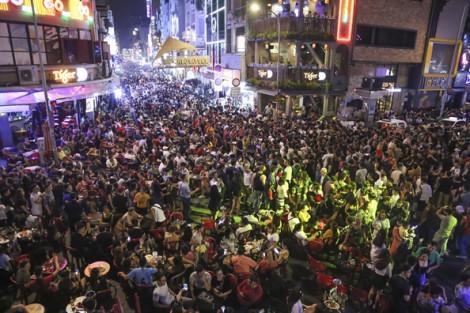Phố tây Bùi Viện đông nghịt người trong đêm Halloween