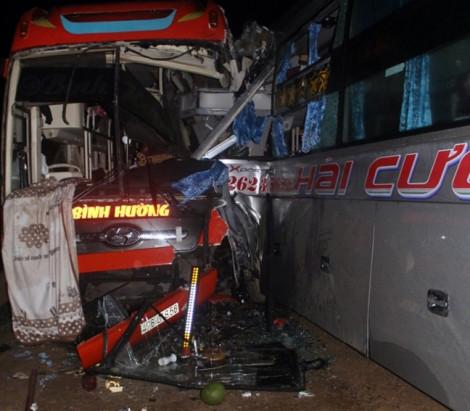 3 xe khách tông nhau trên đường Hồ Chí Minh, nhiều người bị thương