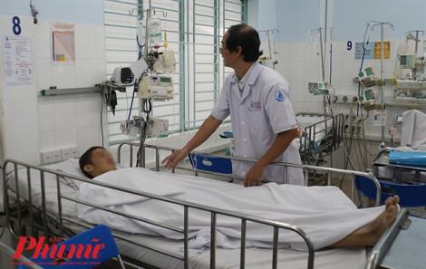 Bác sĩ Sài Gòn hội chẩn qua điện thoại từ sáng tới khuya cứu thiếu niên thoát cửa tử đeo bám