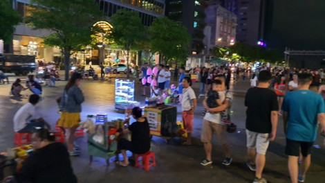 Những hình ảnh đối lập gây 'nhức mắt' trên phố đi bộ Nguyễn Huệ