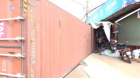 Thùng container rơi xuống đường, 1 người chết, 2 người bị thương