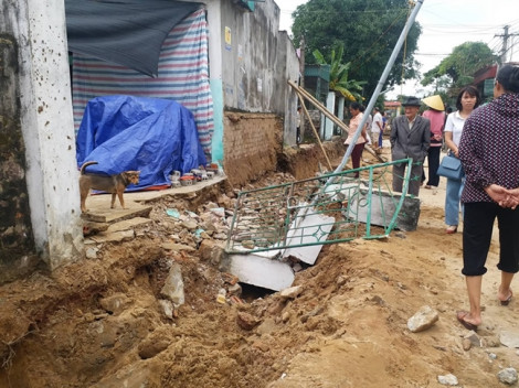 Tường nhà sập đè lên 2 người đang đào mương thoát nước