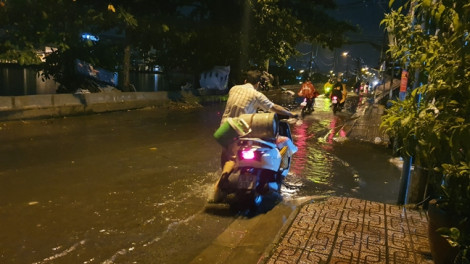 Mưa ào đến bất ngờ, nhiều nơi ở Sài Gòn ngập lúc nửa đêm