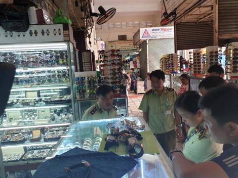 Nhiều sản phẩm thời trang trong chợ Bến Thành, Saigon Square nhái hàng hiệu