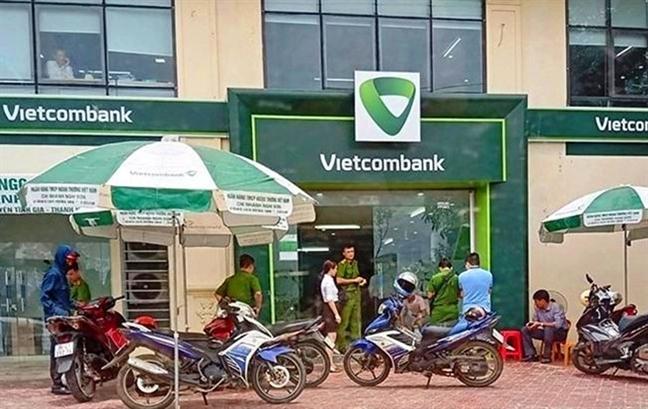 Cuu cong an no sung tai ngan hang Vietcombank bi khoi to them toi cuop tai san