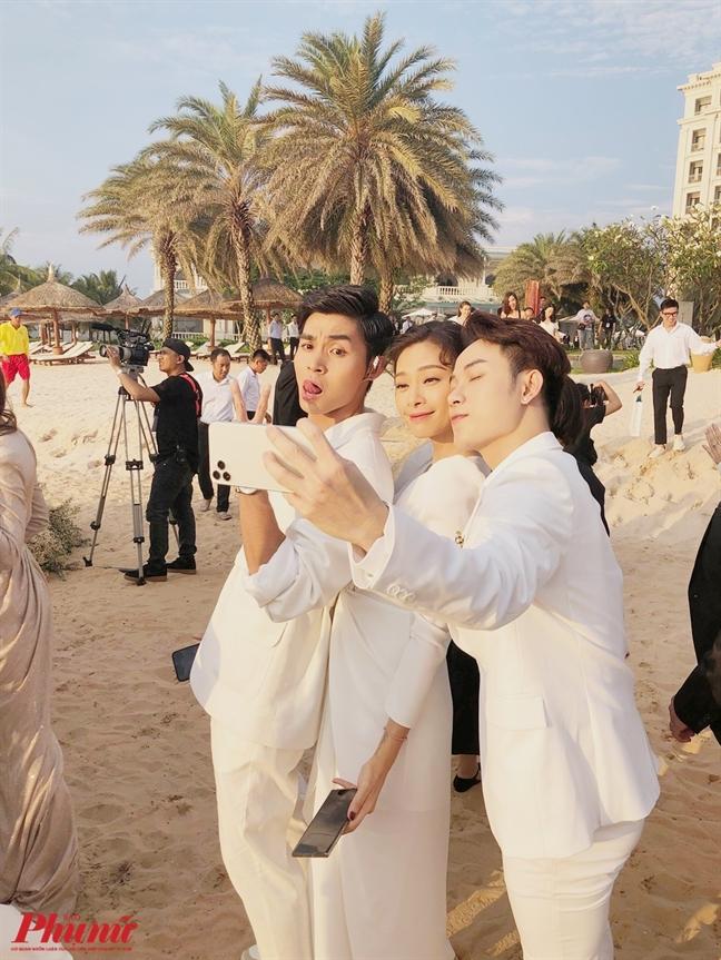 Ong Cao Thang va Dong Nhi bat khoc khi lam le