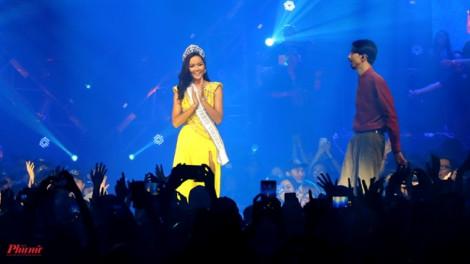 Hoa hậu H'Hen Niê tái hiện màn xoay váy xuất thần trong liveshow của rapper Đen Vâu