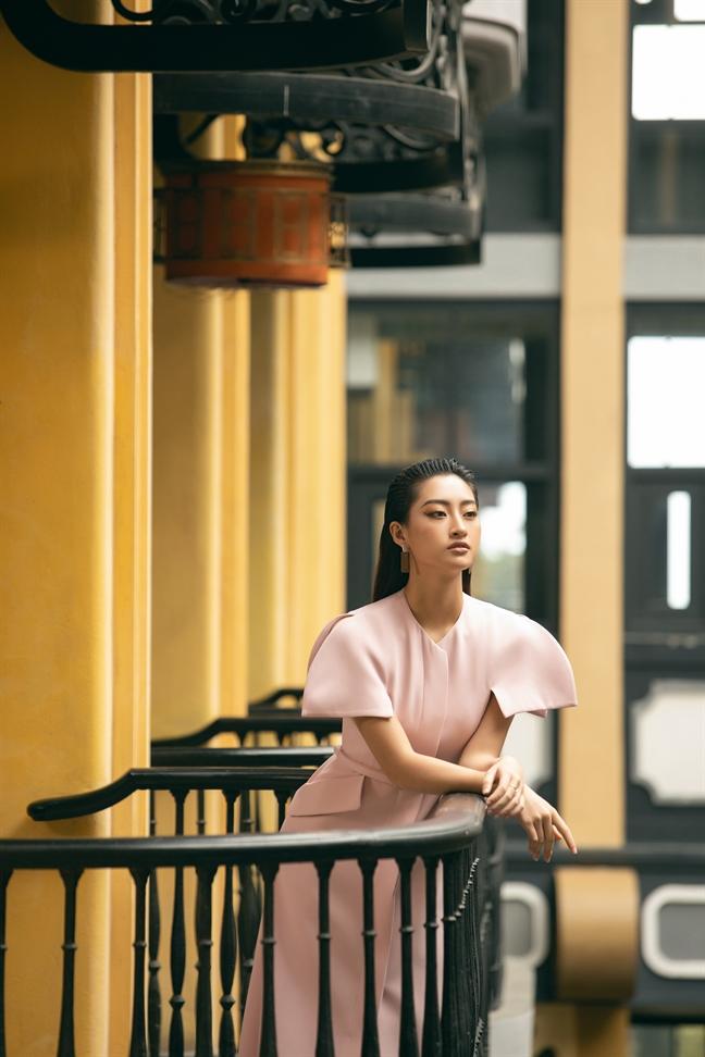 Hoa hau Thuy Linh goi y mac dep voi trang phuc don sac ngay tro lanh