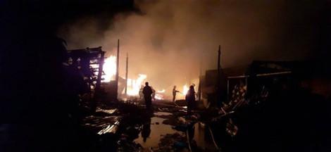 Hơn 50 chiến sĩ khẩn trương dập lửa dưới trời mưa bão