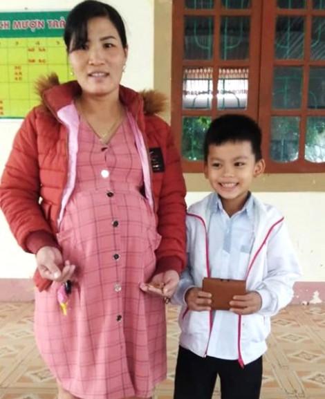 Nhặt được tiền, vàng trên đường đi học, nam sinh lớp Ba nhờ cô giáo tìm người trả lại