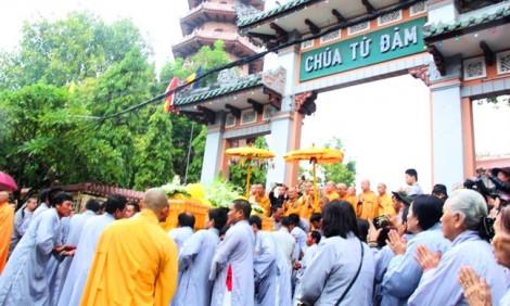 Huế tiễn biệt đại lão hòa thượng Thích Trí Quang trong cơn mưa nặng hạt