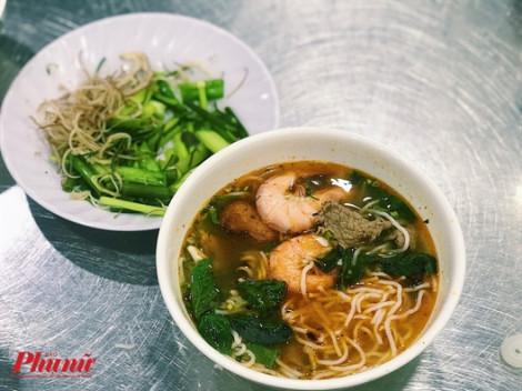 Sài Gòn ngày mưa lạnh, sao không sưởi ấm bằng tô bún Thái cay nồng?