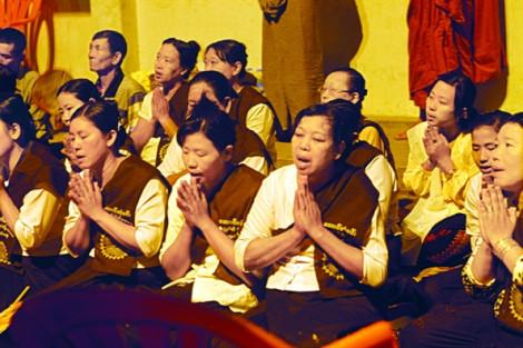 Độc đáo nghi lễ rửa mặt Phật lúc nửa đêm về sáng