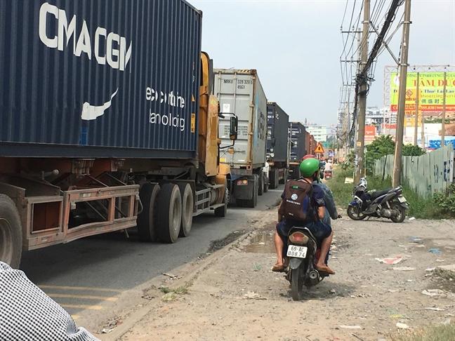 Xe container xep hang dai hon 2km trong lan xe may, giao thong tren Quoc lo 13 hon loan