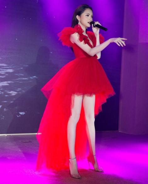 Chiếc váy đỏ được lòng cả làng sao thế giới