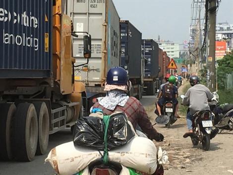 Xe container xếp hàng dài hơn 2km trong làn xe máy, giao thông trên Quốc lộ 13 hỗn loạn