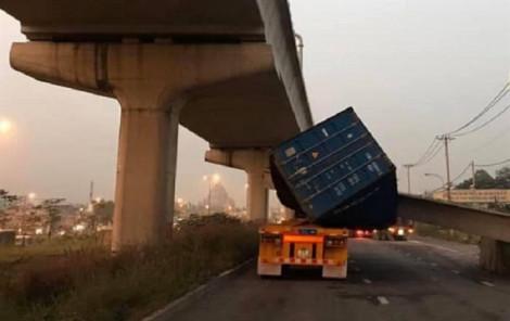 Vụ sập dầm cầu bộ hành: Xe container cao 4,2m sao không lọt cầu có tĩnh không 4,75m?