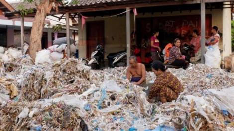 Rác thải phương Tây đầu độc thức ăn của người dân Indonesia