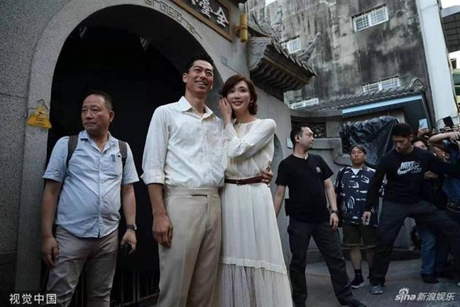 Lam Chi Linh long lay len xe hoa o tuoi 45