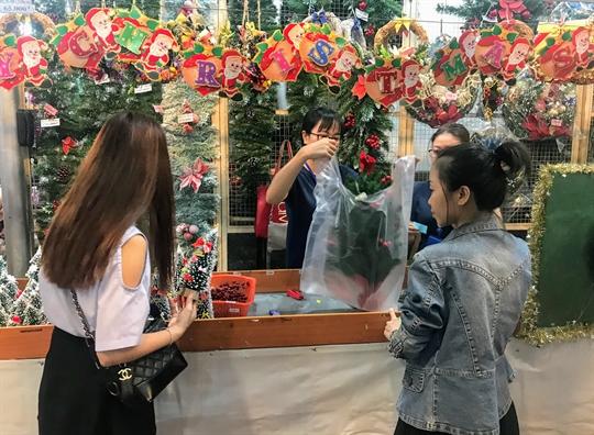 Chen chan mua do trang tri Giang sinh som tai Sai Gon
