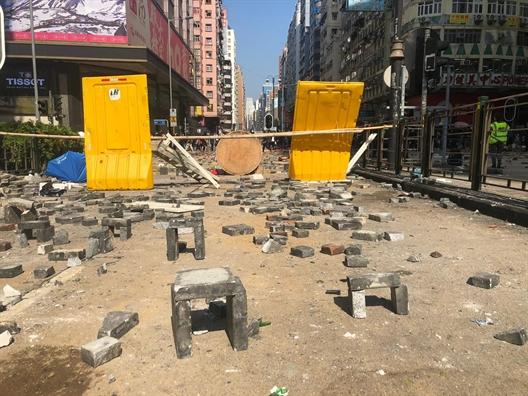 Canh sat Hong Kong mo duong cho sinh vien roi khoi Dai hoc Bach khoa