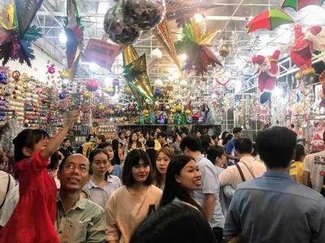 Chen chân mua đồ trang trí Giáng sinh sớm tại Sài Gòn