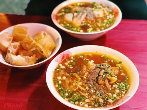 Quán bánh canh 'hào phóng' nhất Sài Gòn với phần giò to tướng ăn một lần nhớ mãi
