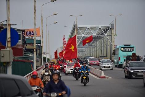 Hàng trăm người diễu hành quanh Hà Nội 'tiếp lửa' cho đội tuyển Việt Nam