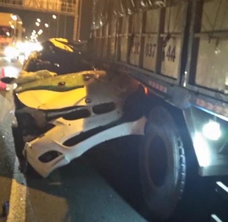 Ô tô sang đâm đuôi xe tải trên cao tốc, tài xế thiệt mạng trong cabin