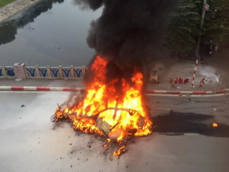 Clip xe Mercedes cháy trơ khung sau khi rồ ga tông nhiều xe, gây chết người