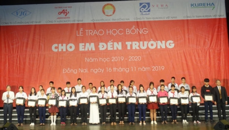 Tỉnh Đồng Nai: 400 học sinh hiếu học nhận học bổng từ quỹ 'Cho em đến trường'