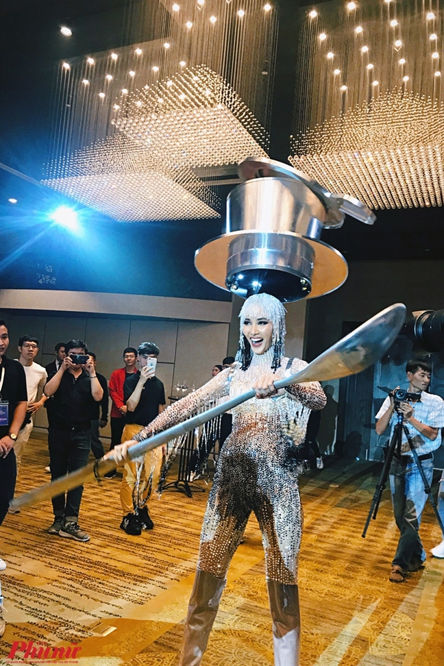 Hoang Thuy mang 'Ca phe' du thi dau truong 'Miss Universe 2019'