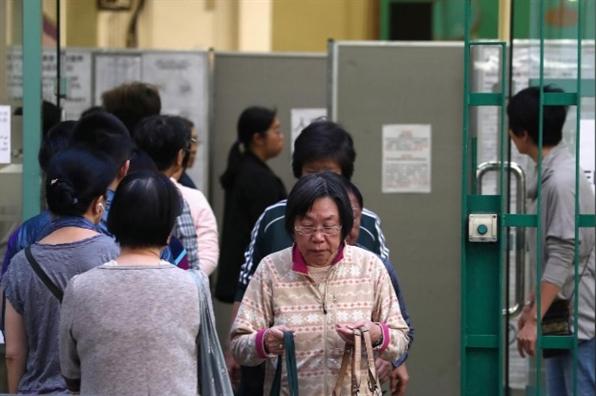 Hong Kong bat dau bau cu trong on hoa, canh sat quyet giu vung an ninh