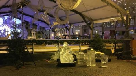 Một đứa trẻ thiệt mạng ngay tại Quảng trường Giáng sinh Luxembourg vì tượng băng gãy đổ