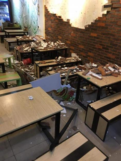 Đang ăn, 4 thực khách bị mảng tường trang trí đổ ập xuống đầu