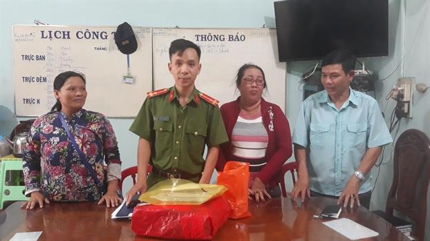 Khen thuong nguoi phu nu ngheo ban ve so tra lai hang tram trieu dong cho nguoi danh roi