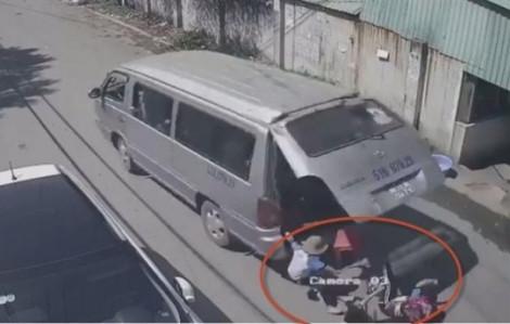 Clip: Rùng mình cảnh xe cua gấp, 3 học sinh văng xuống đường